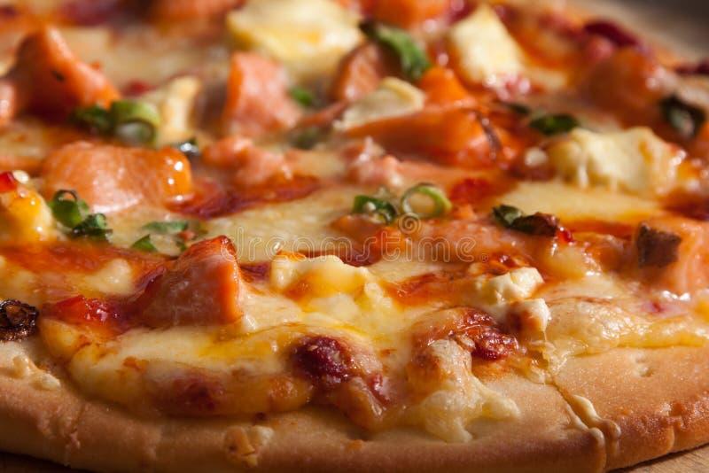 Meeresfrüchte Lachs-woodfire Pizza stockfotografie