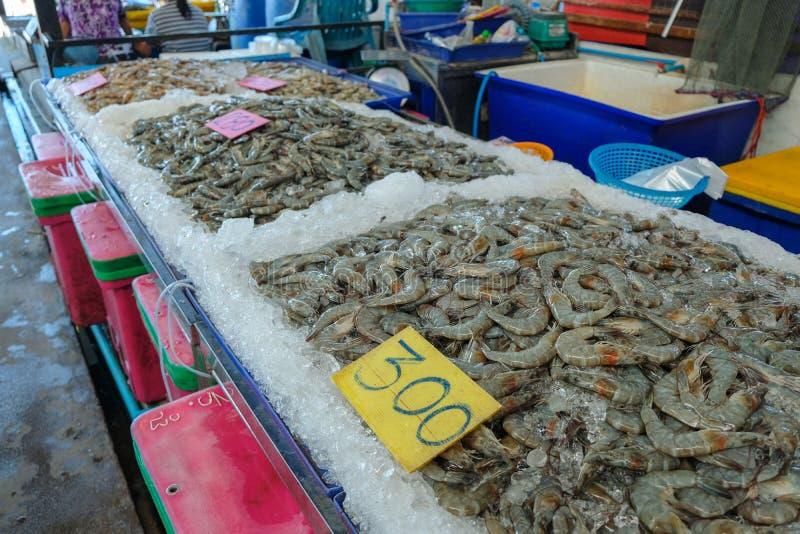Meeresfrüchte-Markt bei Ang Sila Fresh Market, Thailand, frisches Garnelen-Geschäft stockbilder