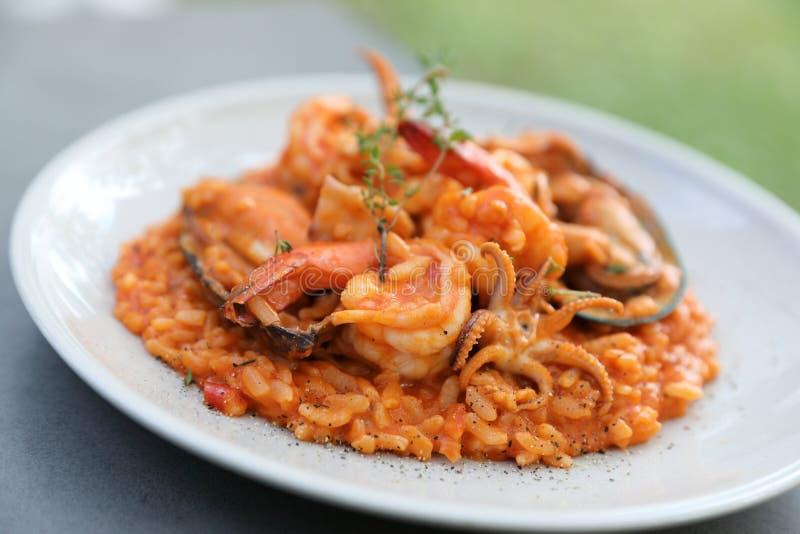 Meeresfrüchte Risotto mit Miesmuschelgarnele und Kalmar, italienisches Lebensmittel stockbild