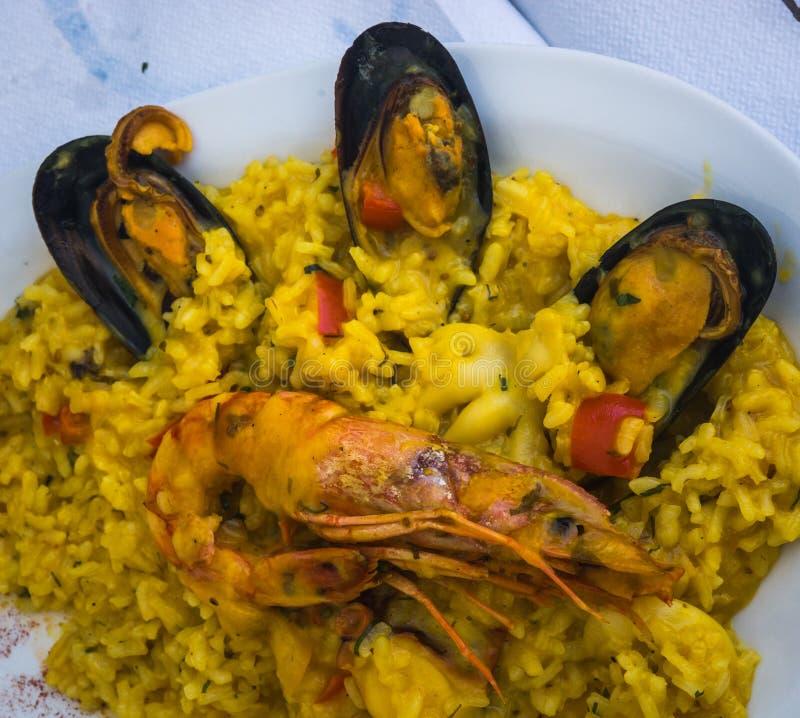 Meeresfrüchte Risotto mit Miesmuscheln und Garnele stockfotos