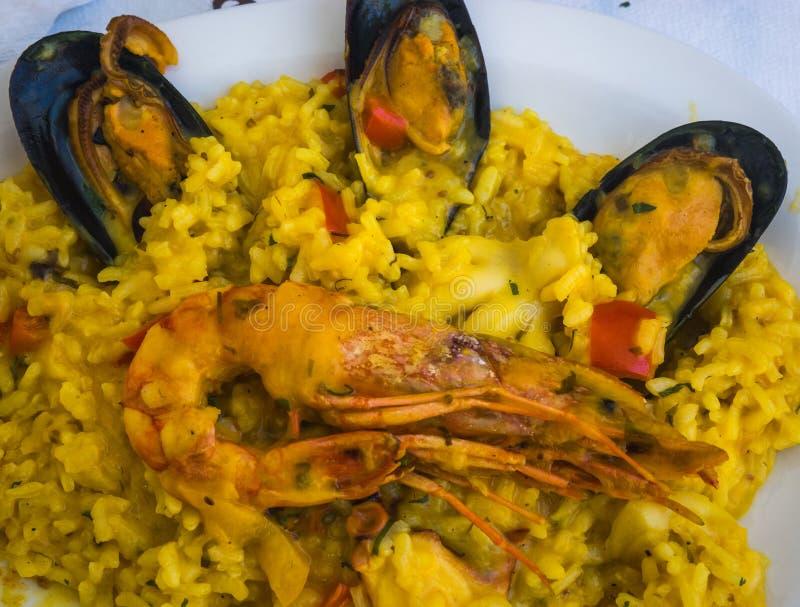 Meeresfrüchte Risotto mit Miesmuscheln und Garnele lizenzfreies stockfoto