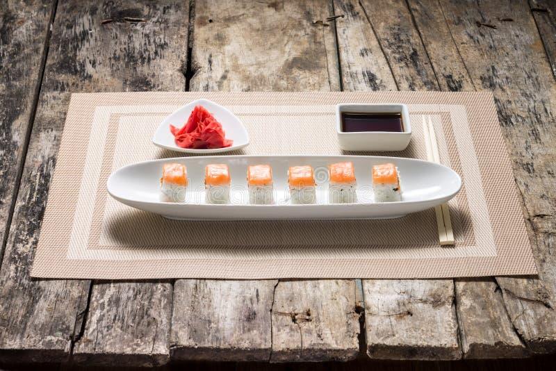 Meeresfrüchte-Sushirollen im weißen langen Teller mit Sojasoße Front View lizenzfreie stockfotografie