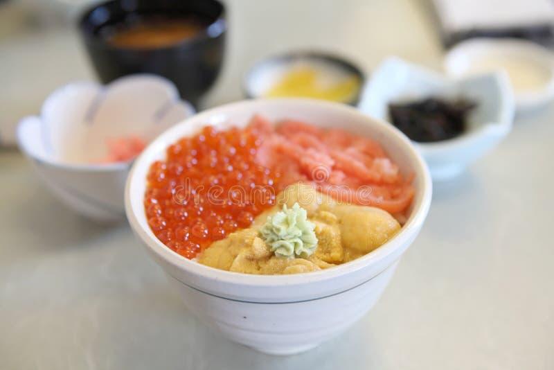 Meeresfrüchteei uni ikura ziehen, japanische Küche an lizenzfreie stockbilder