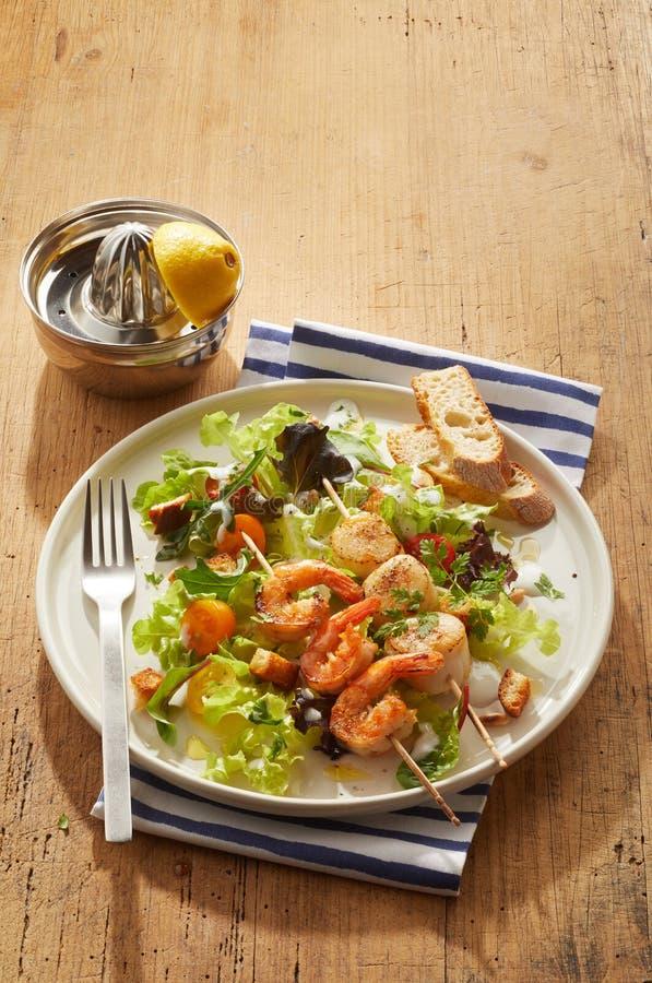 Meeresfrüchtekebabs mit würzigem Scampi und Kammmuscheln stockfotos