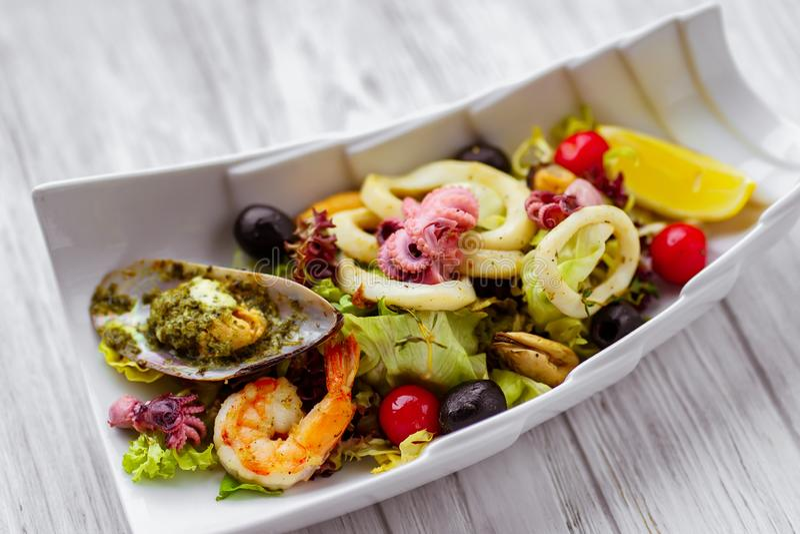 Meeresfrüchtesalat, Restaurantumhüllung, appetitanregende Nahrung lizenzfreie stockfotos