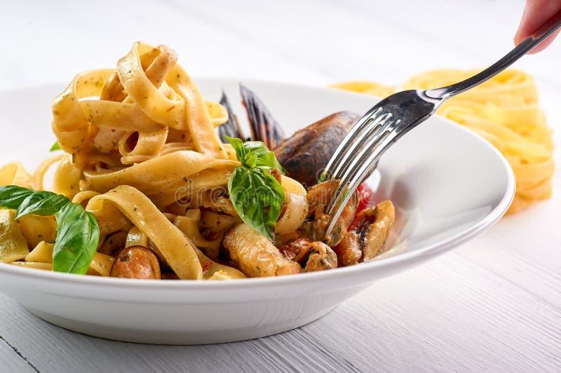 Meeresfrüchteteigwaren Fettuccine mit Miesmuscheln und Basilikum Spaghettis vongole - traditonal italienischer Kücheteller stockbilder