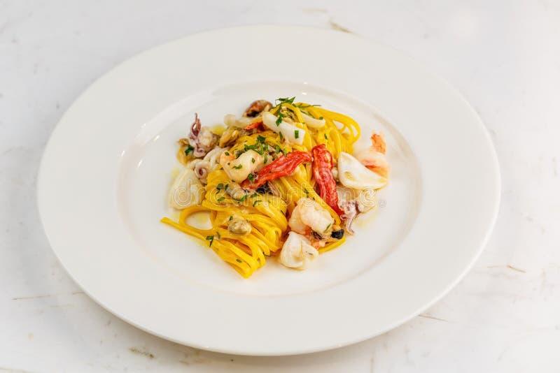 Meeresfrüchteteigwaren Spaghettis mit Meeresfrüchte-Cocktail lizenzfreie stockbilder