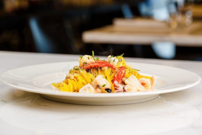 Meeresfrüchteteigwaren Spaghettis mit Meeresfrüchte-Cocktail stockfotos
