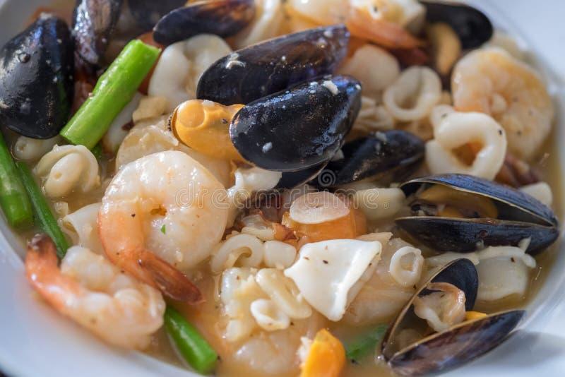 Meeresfrucht-Kasserolle: Miesmuscheln, Garnele, Calamari, Weißwein, Butter, Sherry, Krabben und Kräuter stockfoto
