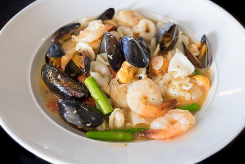 Meeresfrucht-Kasserolle: Miesmuscheln, Garnele, Calamari, Weißwein, Butter, Sherry, Krabben und Kräuter lizenzfreie stockfotos