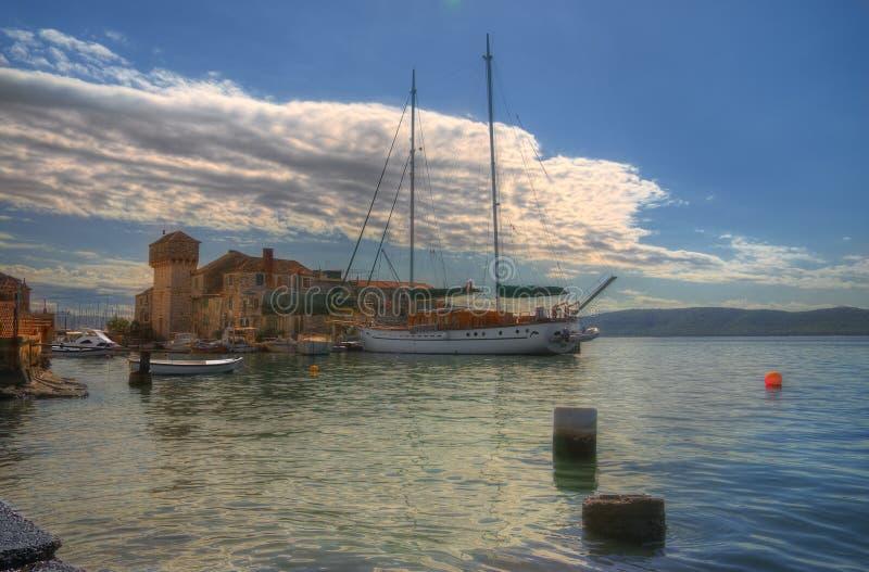 Meeresküste auf Kastela, adriatisches Meer, nahe Spalte, Kroatien - Kastel Gomilica lizenzfreie stockfotos
