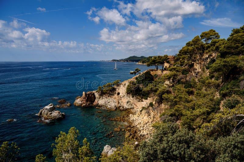 Meereslandschaft mit Loret de Mar, Katalonien, Spanien stockbilder