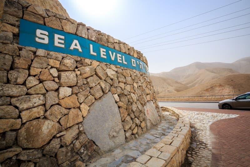 Meeresspiegelzeichen, das Totem Meer, Israel sich nähert lizenzfreie stockfotografie