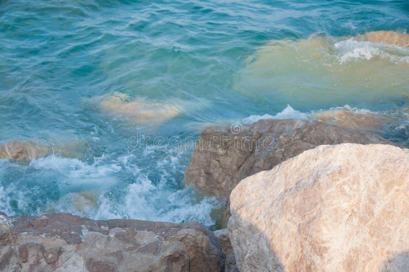 Meereswellen und Steine am sonnigen Nachmittag lizenzfreies stockbild