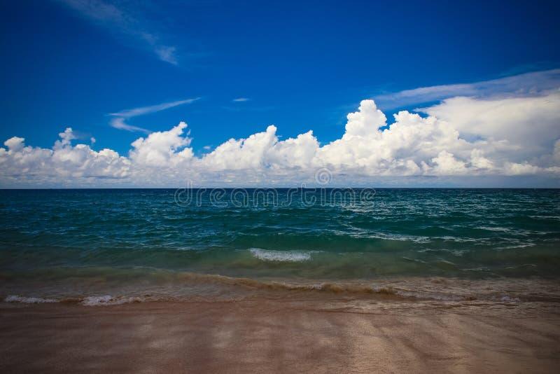 Meereswoge auf Thai mit Wolke lizenzfreies stockbild