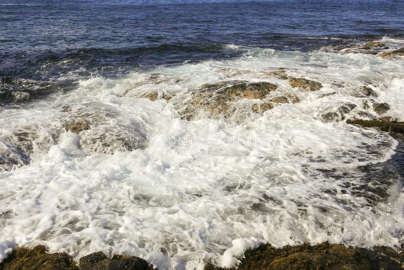 Meereswoge, der über Felsen bricht lizenzfreies stockfoto