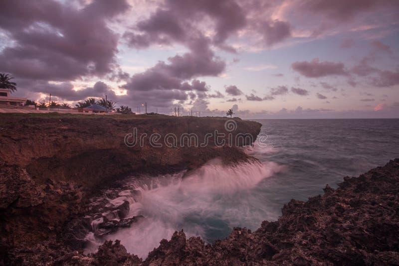 Meereswoge, der auf den Felsen bricht lizenzfreie stockfotos
