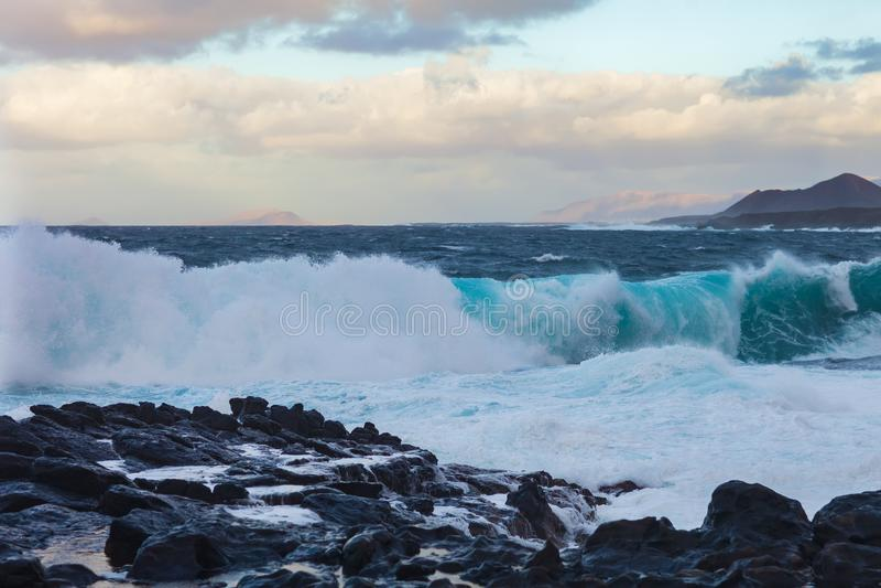 Meereswogen auf Felsen brechend, fahren Sie mit Spray und Schaum die Küste entlang stockbilder