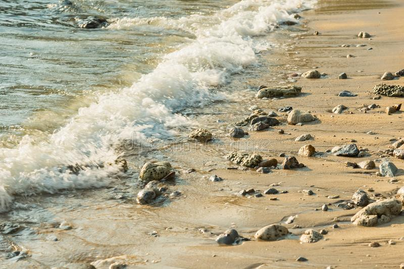 Meereswogen auf Insel-K?ste und K?stenlinien-Landschaftsnatur thailand lizenzfreies stockfoto