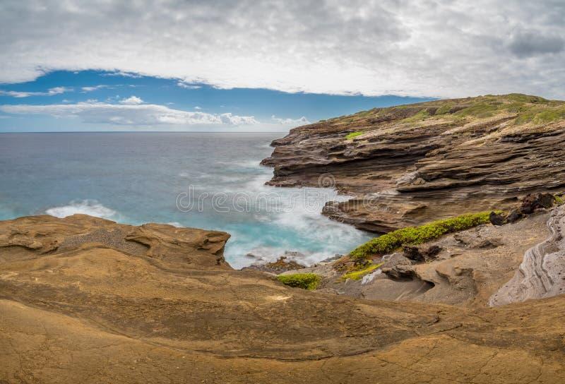 Meereswogen, die um einzigartige Lavafelsformationen des Lanai-Ausblickes auf Oahu, Hawaii wirbeln stockfotografie