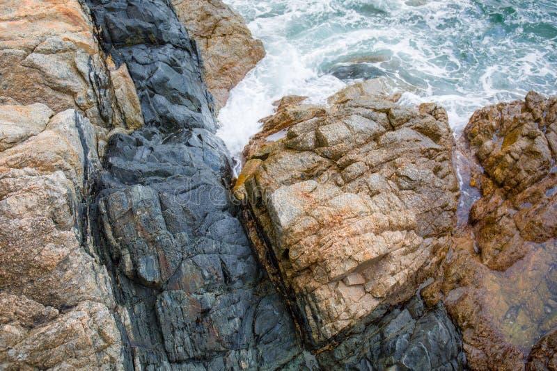 Meereswogespritzen auf dem Riffvideo stockfoto