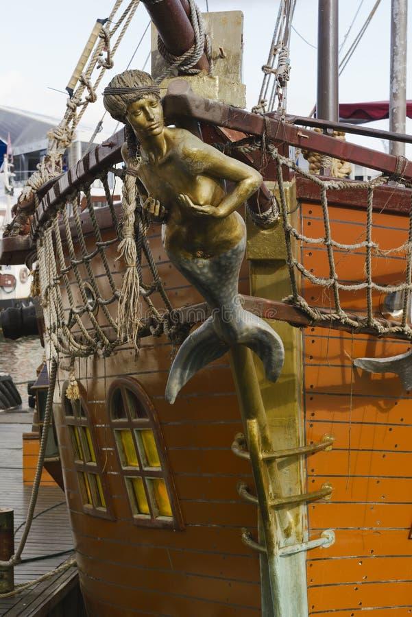 Meerjungfraurepräsentationsfigur auf altem Segelschiff lizenzfreie stockfotos