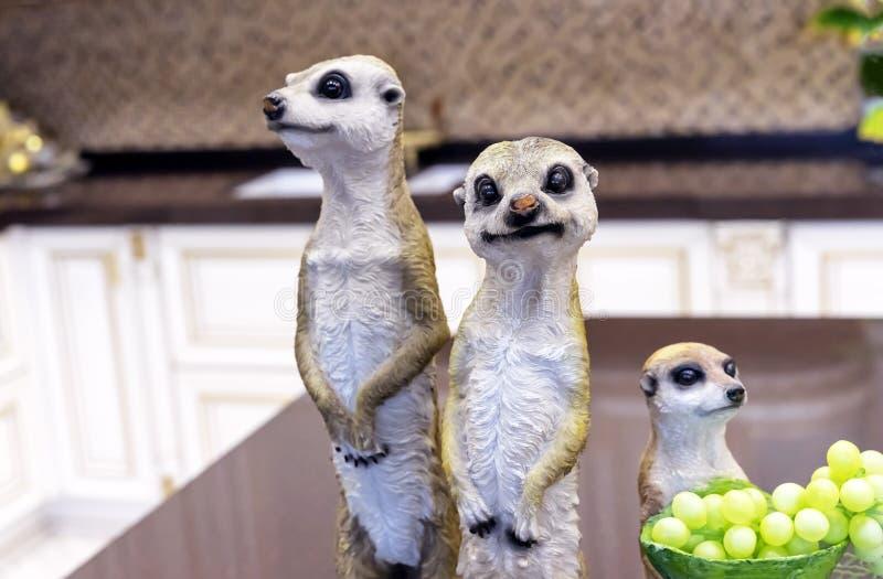 meerkats陶瓷小雕象在家庭内部的 库存图片