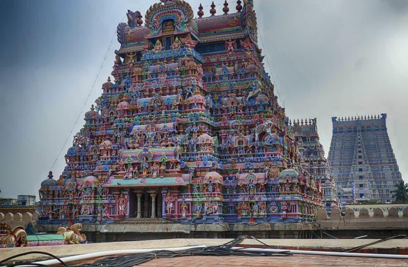 Meerkleurige goden en goddessen en de gopuram stock foto's