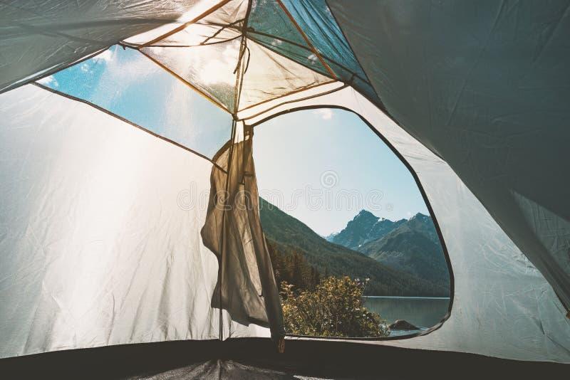 Meermening van binnenuit van een tent Meer het kamperen Zonsonderganglicht, lensgloed De Catskillbergen de populairste bestemming stock fotografie