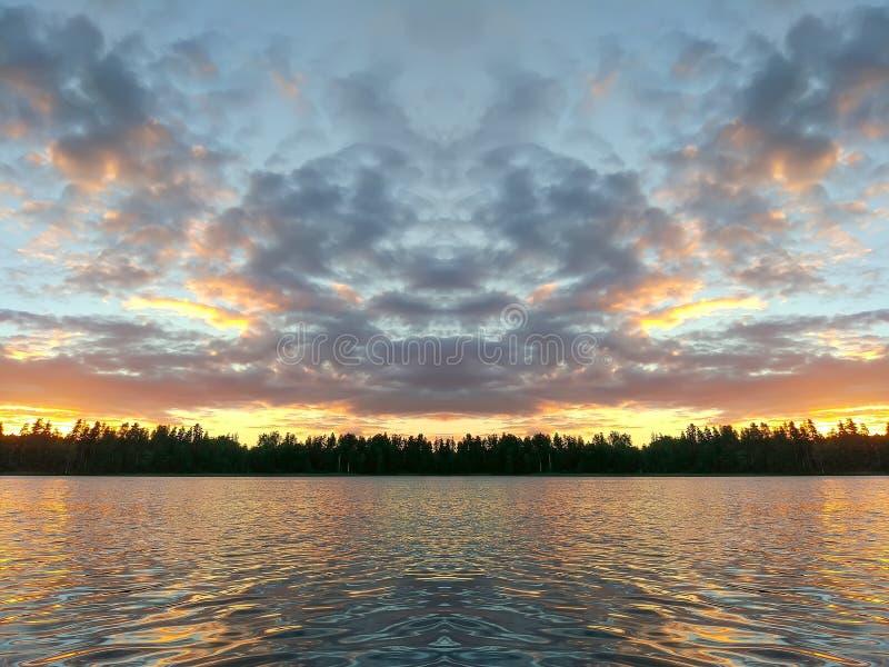 Meeroppervlakte bij avond in Letland, Oost-Europa Landschap met water en bos royalty-vrije stock afbeeldingen