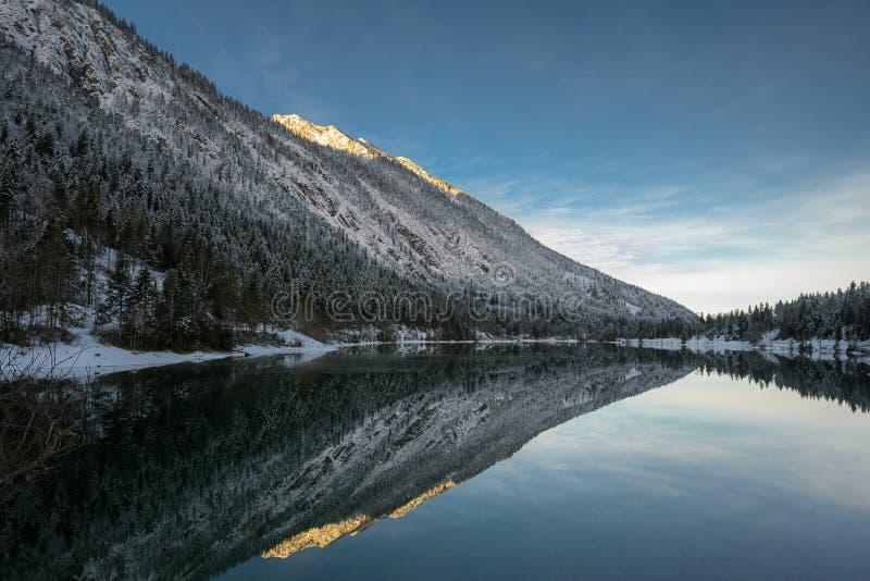 Meerplansee bij de winterzonsopgang met het weerspiegelen van alpiene berg royalty-vrije stock afbeelding
