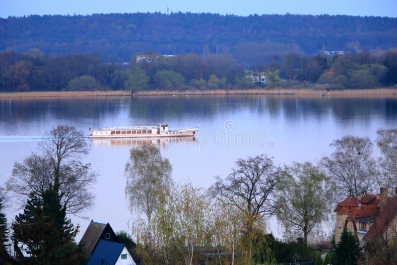 Meerreis met een veerboot in Werder/Havel, Potsdam, Brandenburg in Duitsland stock fotografie