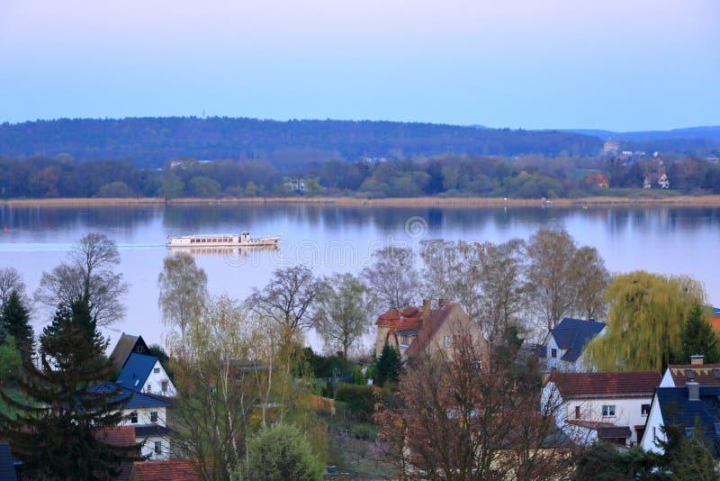 Meerreis met een veerboot in Werder/Havel, Potsdam, Brandenburg in Duitsland royalty-vrije stock fotografie