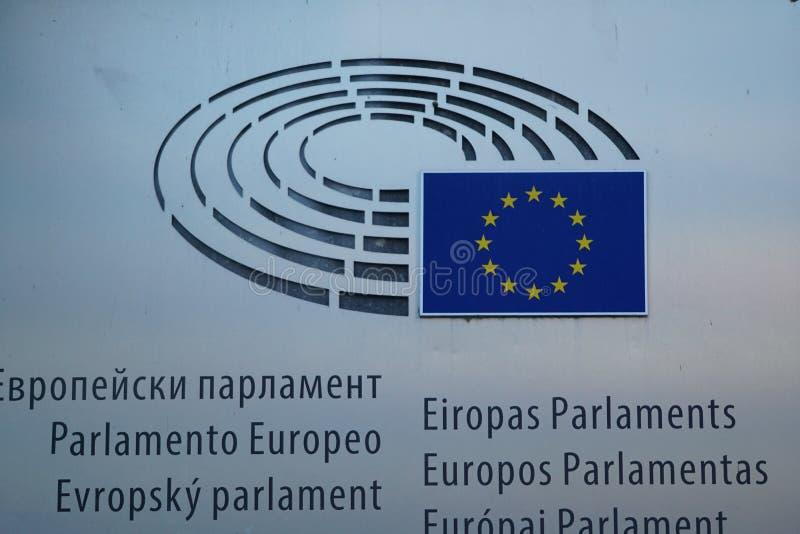 Meertalig teken en de EU-vlag bij het Europees Parlement de bouw in Brussel royalty-vrije stock foto's