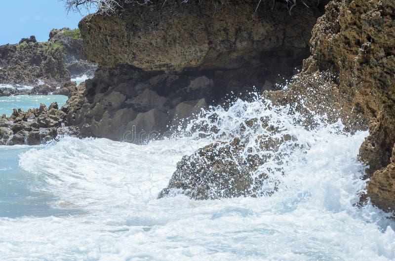 Meerwasser, das Steinhintergrund schlägt Raue Meere im Strand Coqueirinho stockbilder