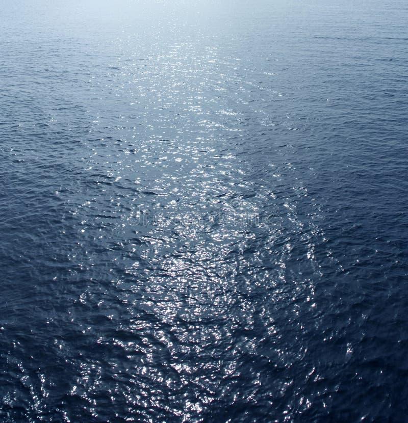 Meerwasser mit Sonnenhöhepunkten lizenzfreie stockfotos