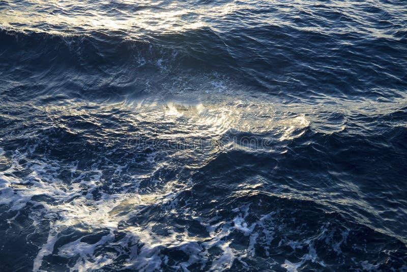 Meerwasserbeschaffenheit im Sonnenaufganglicht Saltty-Wasserhintergrund Oberfläche im Sonnenunterganglicht lizenzfreies stockbild
