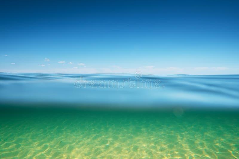 unterwasser tiefes blaues meer  xl stockbild  bild von