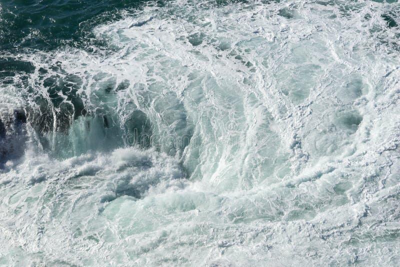 Meerwasserspritzen mit schäumender Welle Wasseroberflächenbeschaffenheit stockbild