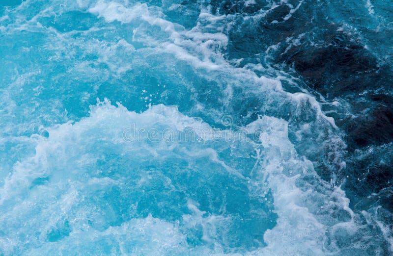 Meerwasserspritzen mit schäumender Welle Wasseroberflächenbeschaffenheit Tropeninselfährenreise stockfotos