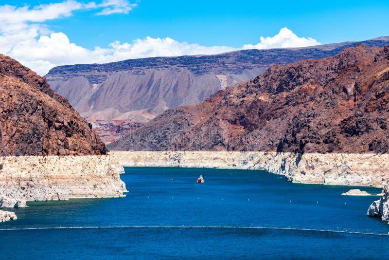 Meerweide zoals die van de Hoover-Dam met een Boot wordt gezien stock afbeelding