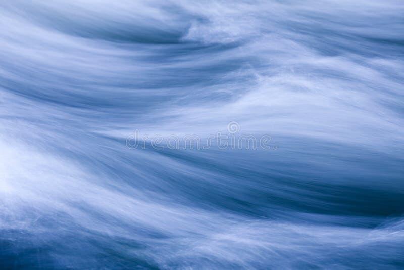 Meeslepend Water stock foto