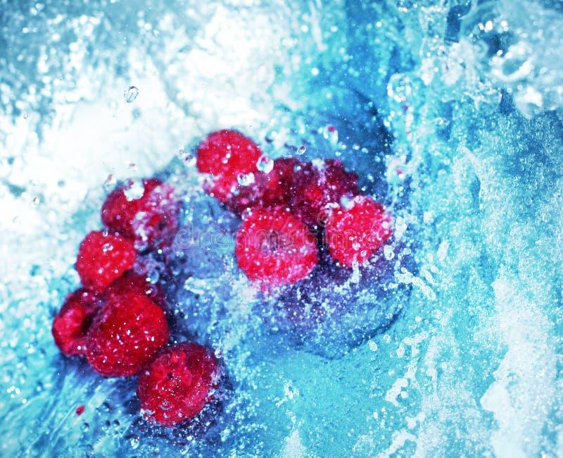 Meeslepend water met frambozen 2 stock afbeeldingen