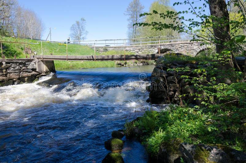 Meeslepend water onder de brug stock foto's