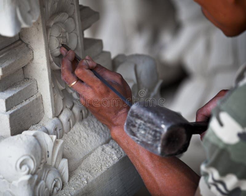 Meester op het werk - steen die Indonesië, Bali snijden. royalty-vrije stock foto