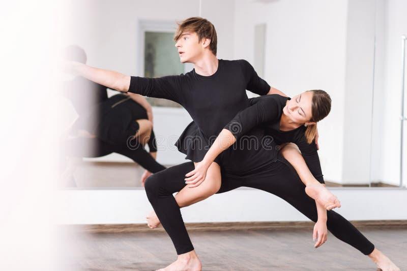 Meesterlijke professionele dansers die hun dans repeteren royalty-vrije stock fotografie