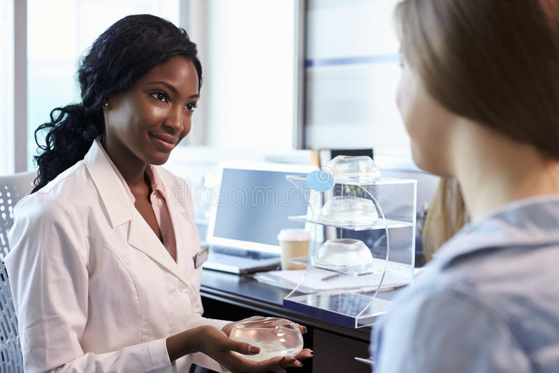 Meeting With Female för bröstkirurgikonsulent patient royaltyfria bilder