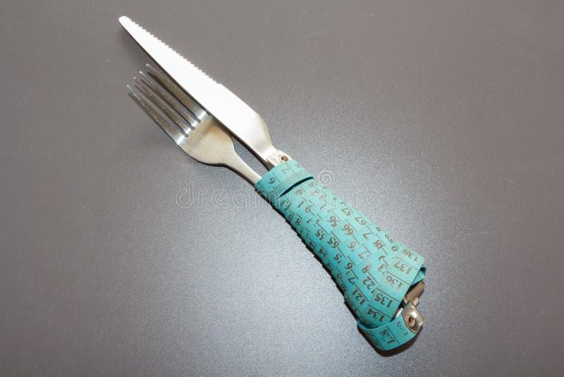 Meetlint rond een vork en een mes royalty-vrije stock foto