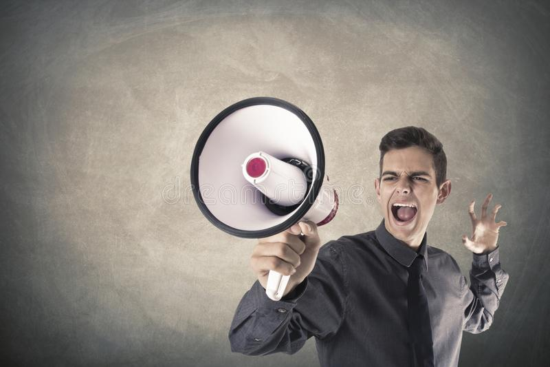 Megáfono de griterío del hombre de negocios foto de archivo
