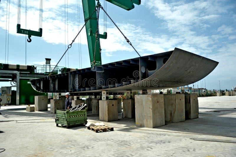 Mega kran för lyftande metallstycken för konstruktionen av en mega yacht på en skeppsvarv arkivfoton